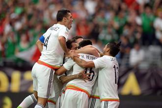 Футболисты сборной Мексики празднуют один из голов в ворота Уругвая
