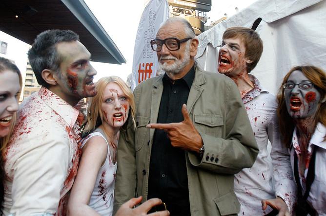 2009 год. Джордж Ромеро с поклонниками на 34-м Международном кинофестивале в Торонто