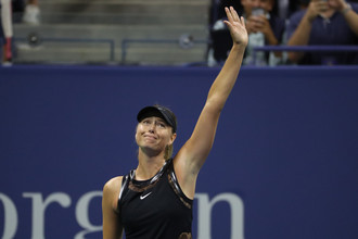 Мария Шарапова приветствует болельщиков после победы над Симоной Халеп в первом круге US Open