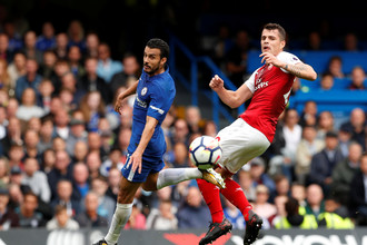 Форвард «Челси» Педро борется за мяч с полузащитником «Арсенала» Гранитом Джакой