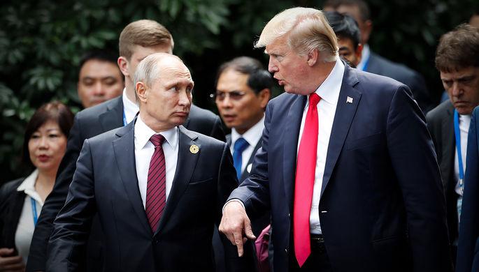Президент Российской Федерации Владимир Путин и президент США Дональд Трамп на форуме APEC во...