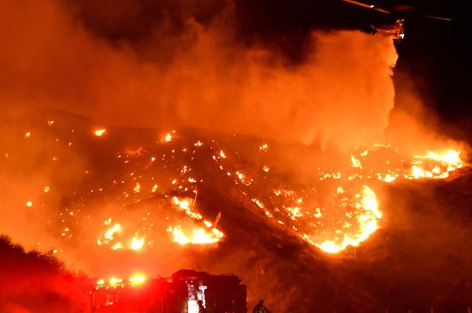 Борьба с огнем в городе Санта-Кларита, Калифорния, 25 октября 2019 года