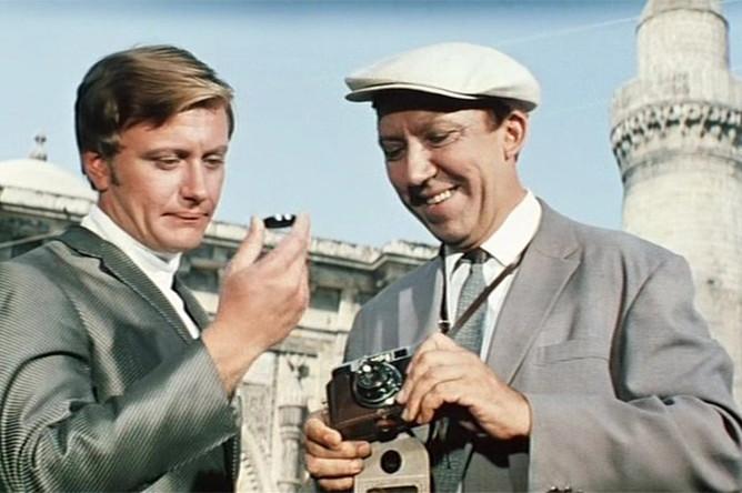 Актеры Андрей Миронов и Юрий Никулин. Кадр из фильма «Бриллиантовая рука» (1968)