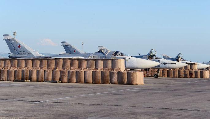 Стоянка для фронтовых бомбардировщиков Су-24М2. Каждая машина защищена габионами, авиабаза Хмеймим в Сирии, 21 апреля 2018 года