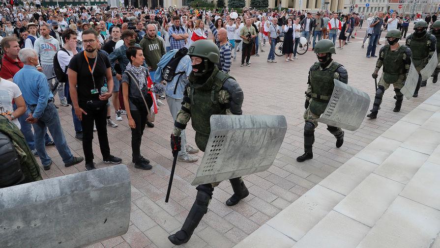 Белорусские силовики и участники митинга около Дома правительства в Минске, 14 августа 2020 года