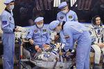 Член основного экипажа командир МКС-66, космонавт Роскосмос Антон Шкаплеров (в центре) и актриса Юлия Пересильд вмонтажно-испытательном корпусе космодрома Байконур передзапуском ракеты-носителя «Союз-2.1а» спилотируемым космическим кораблем «Союз МС-19», 5октября 2021года