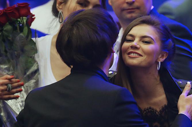 Телеведущий Максим Галкин и Алина Кабаева перед началом шоу «Я» певца Филиппа Киркорова в Государственном Кремлевском дворце, 2016 год