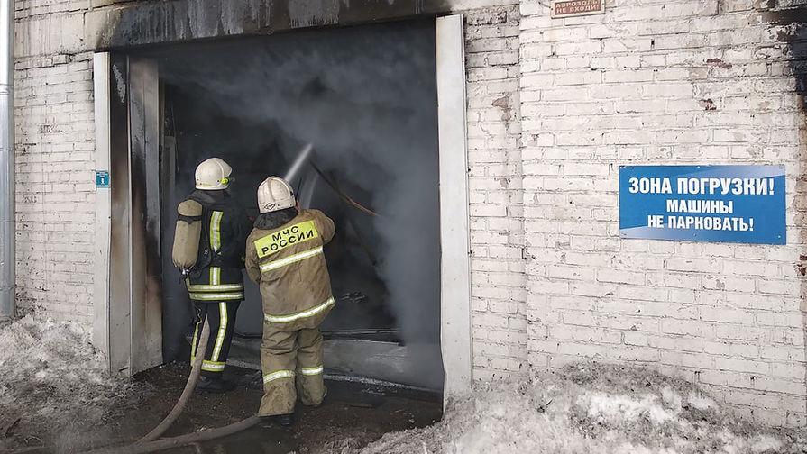 Тушение пожара на складе автозапчастей на улице Калинина в Красноярске, 3 февраля 2021 года
