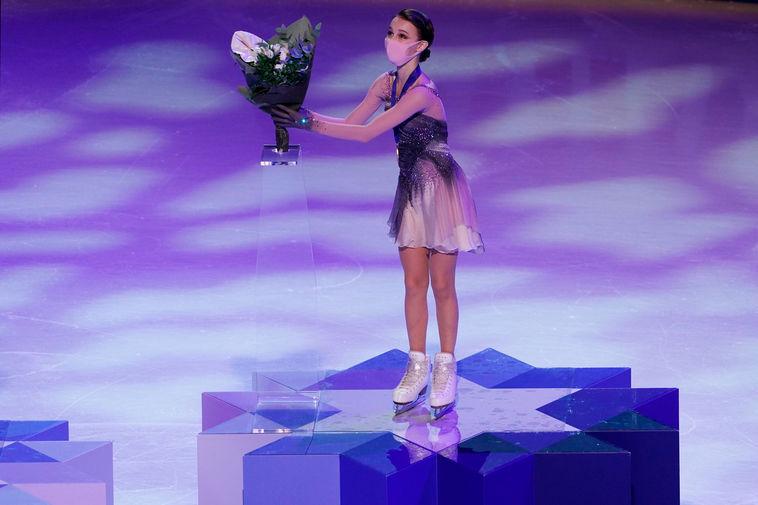 Анна Щербакова, завоевавшая золотую медаль в произвольной программе одиночного женского катания на чемпионате мира по фигурному катанию в Стокгольме, на церемонии награждения, 26 марта 2021 года