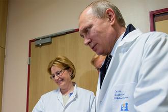 Президент Владимир Путин и министр здравоохранения Вероника Скворцова во время посещения детского гематологического центра имени Димы Рогачева в Москве, 1 июня 2016 года