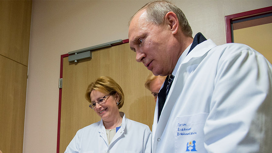 Президент Владимир Путин и министр здравоохранения Вероника Скворцова во время посещения детского...