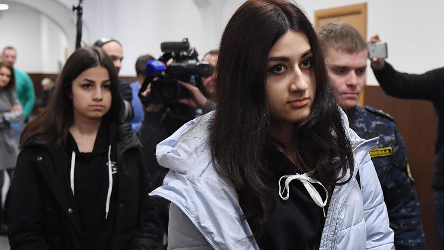 Кристина Хачатурян (справа) и Ангелина Хачатурян, обвиняемые в убийстве своего отца Михаила Хачатуряна, в Басманном суде Москвы, декабрь 2018 года