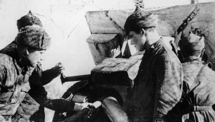Советские артиллеристы обстреливают финские позиции во время советско-финского конфликта 1939- 1940 годов.