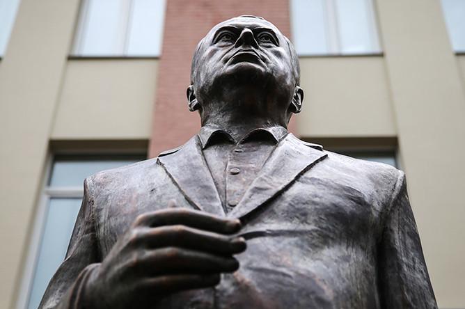 Трехметровая скульптура лидера ЛДПР Владимира Жириновского, отлитая из бронзы, в качестве подарка от скульптора Зураба Церетели на 70-летний юбилей политика