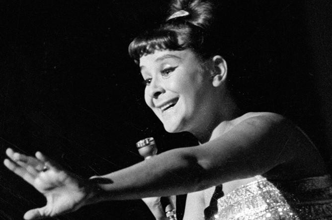<b>Тамара Миансарова</b> (5 марта 1931 — 12 июля 2017) – эстрадная певица (лирическое сопрано), народная артистка России. На фото: Тамара Миансарова, 1965 год