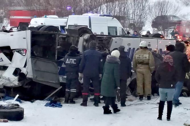 На месте ДТП с автобусом, упавшим в реку с моста на 60-м км автодороги Могойтуй- Сретенск- Олочи, 1 декабря 2019 года
