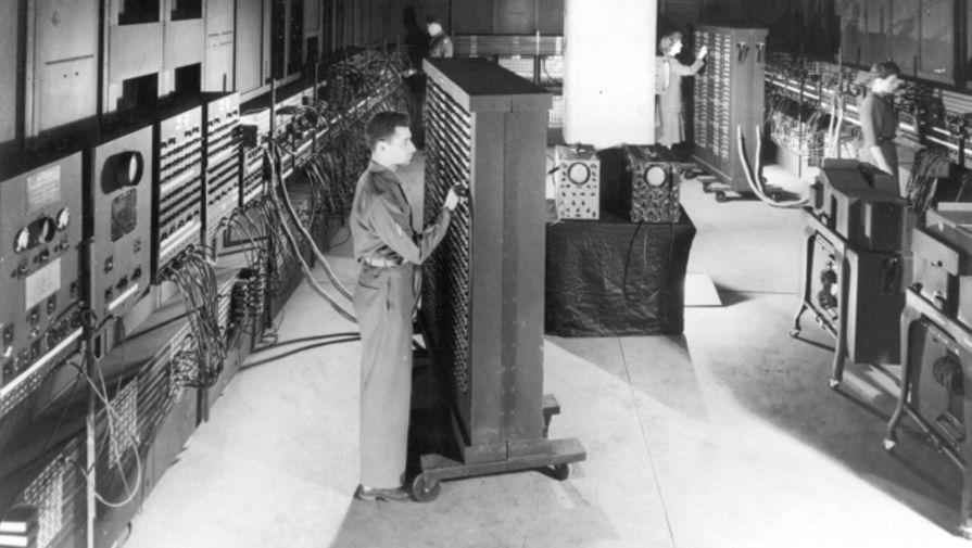 Капрал Ирвин Голдстайн устанавливает переключатели на одной из функциональных таблиц ENIAC в Электротехнической школе Мура