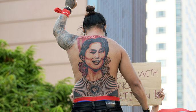 Боли не боятся: в Мьянме набивают портреты Аун Сан Су Чжи