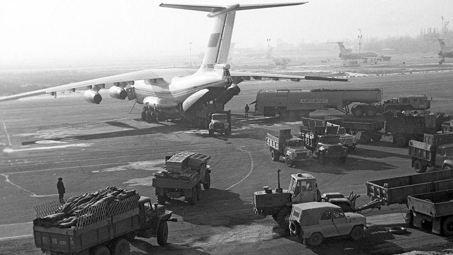 Погрузка в самолет ИЛ-76 грузов для жителей Армении, пострадавших от землетрясения, 1989 год