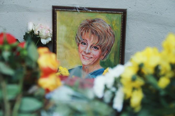 Цветы у здания фонда «Справедливая помощь», который возглавляла Елизавета Глинка (Доктор Лиза)