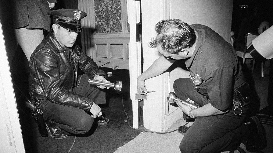 Следственные действия на месте убийства сенатора Роберта Кеннеди в коридоре отеля...