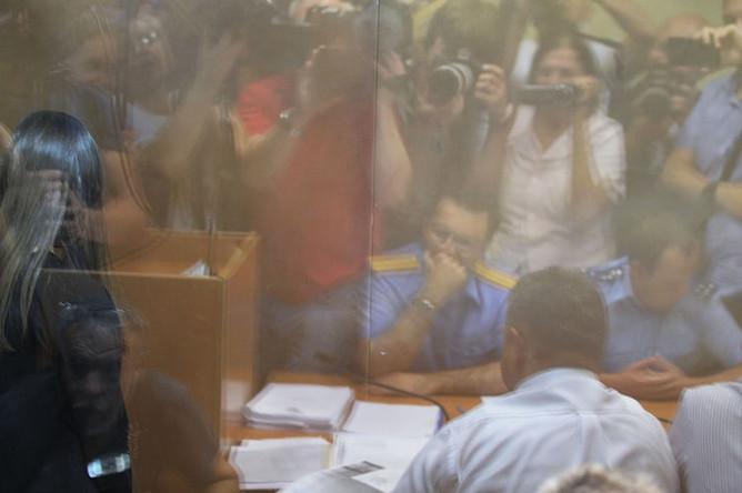 Одна из сестер Хачатурян, обвиняемых в убийстве своего отца, Михаила Хачатуряна, в зале Останкинского суда Москвы во время избрания меры пресечения, 2 августа 2018 года