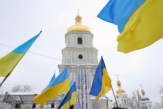 Украинские флаги верующих на «объединительном соборе» на Софийской площади в Киеве, 15 декабря 2018 года