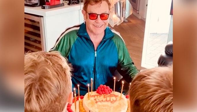 Торт из туалетной бумаги: как звезды отмечают день рождения