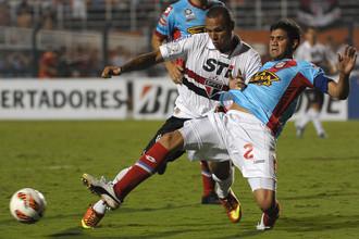 Лисандро Лопес (справа) опережает Луиса Фабиано из «Сан-Паулу»