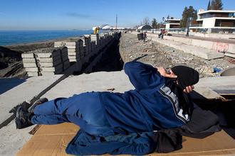Рабочий отдыхает на строящейся набережной в Адлере