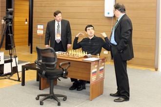 Владимир Крамник привыкает к новой мебели