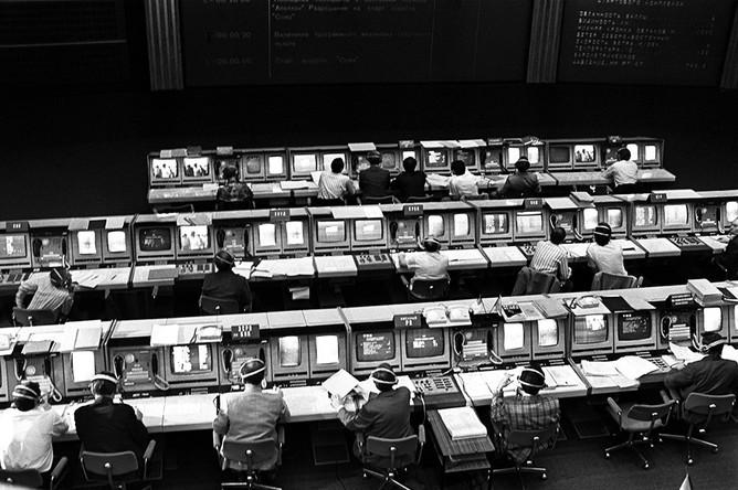 В главном зале Центра управления полетами перед стартом космического корабля «Союз-19»