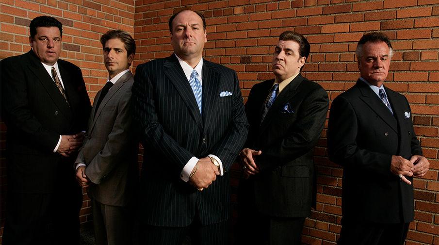 <b>«Клан Сопрано»</b>. Криминальная драма о семье гангстера Тони Сопрано, блестяще сыгранного актером Джеймсом Гандольфини (умер в 2013-м). Сериал изучал не только преступную жизнь итало-американских мафиози, но и семейные проблемы Тони. А поскольку он шел по кабельному HBO и предназначался исключительно для просмотра взрослой аудитории, в нем была нагота, насилие, нецензурная брань &ndash; в общем, все то, что чуть позже («Сопрано» закончился в 2007 году) зрители оценили и в другом сериале канала, «Игре престолов».