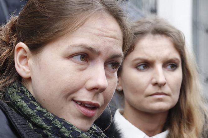 Сестра Надежды Савченко Вера (слева) у здания Донецкого городского суда