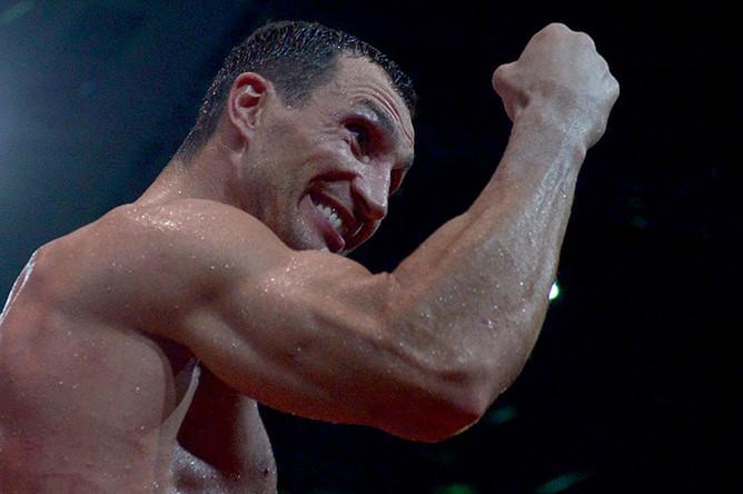 Владимир Кличко радуется победе в бою за титул чемпиона мира по версиями WBA, IBF, WBO, IBO, 2013