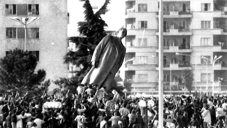 Снос памятника Энвера Ходжи в Тиране, 20 февраля 1991 года