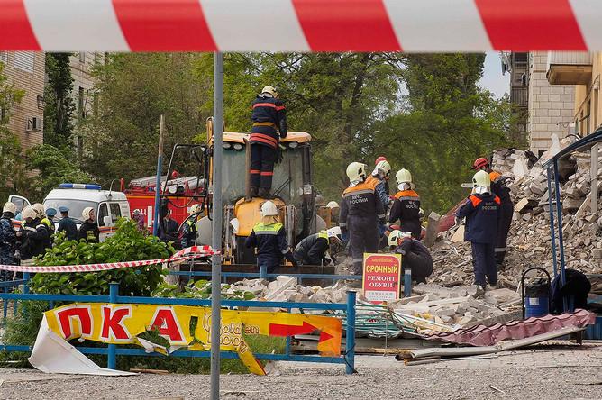 Сотрудники экстренных служб на месте взрыва газа в жилом доме в Волгограде, 16 мая 2017 года