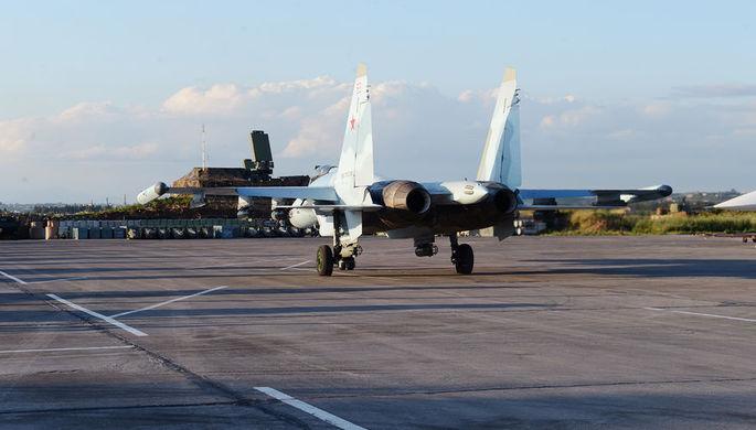 Многофункциональный истребитель Су-35С на магистральной рулежной дорожке, авиабаза Хмеймим в Сирии...