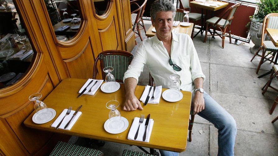 Телеведущий и шеф-повар Энтони Бурден в ресторане в Нью-Йорке, 2007 год