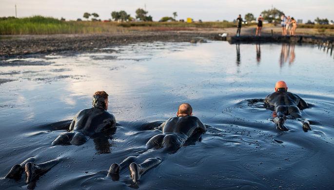 Отдыхающие в грязевых ваннах на Чокракском озере в Крыму, июль 2018 года