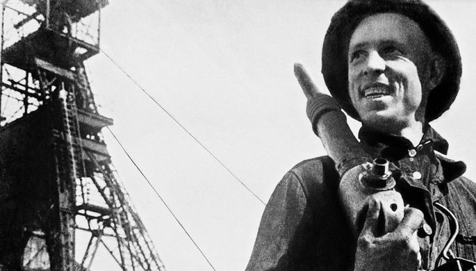 Шахтер Алексей Стаханов у шахты Центральная-Ирмино в Донецкой области УССР, 1938 год
