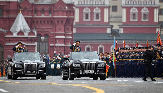 Министр обороны России Сергей Шойгу в кабриолете Aurus Senat во время военного парада Победы на Красной площади, 9 мая 2019 года