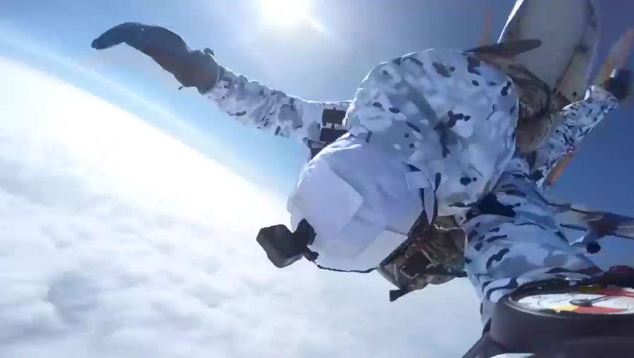 Первые в мире: ВДВ десантировались в Арктике с высоты 10 км