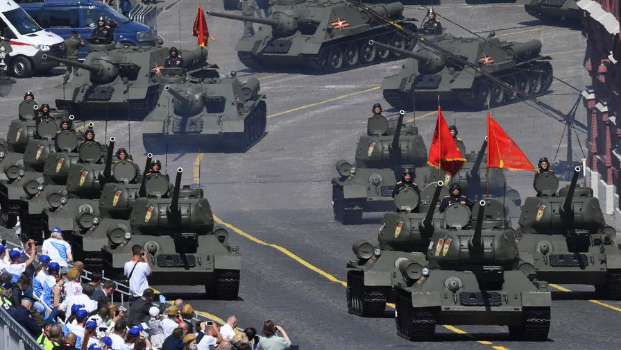 Танки Т-34-85 во время военного парада в ознаменование 75-летия Победы в Великой Отечественной войне 1941-1945 годов на Красной площади в Москве, 24 июня 2020 года