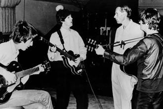 The Beatles и Джордж Мартин в студии