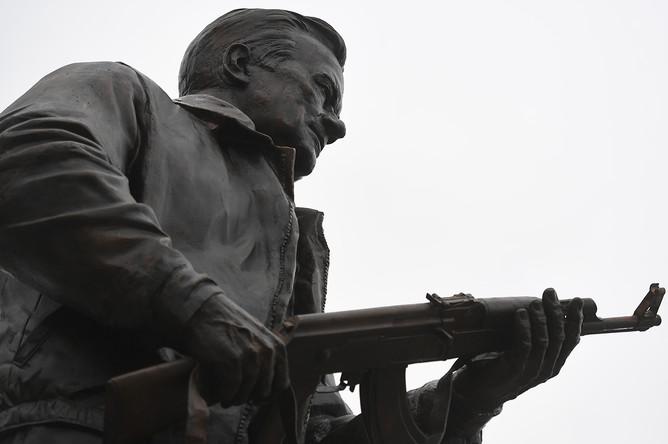 Памятник оружейнику Михаилу Калашникову в центре Москвы, 19 сентября 2017 года