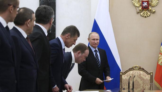 Президент РФ Владимир Путин во время встречи с главами регионов, которые были избраны в ходе единого дня голосования, в Кремле