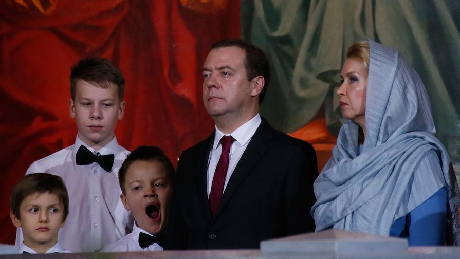Премьер-министр России Дмитрий Медведев и его супруга Светлана во время рождественского богослужения в храме Христа Спасителя в Москве, 6 января 2018 года