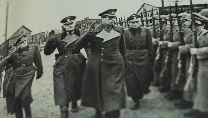 Генерал Андрей Власов вместе с немецкими офицерами принимает парад частей «РОА»