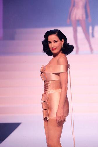 Королева бурлеска Дита фон Тиз во время последнего модного шоу Жана-Поля Готье в парижском театре Шатле